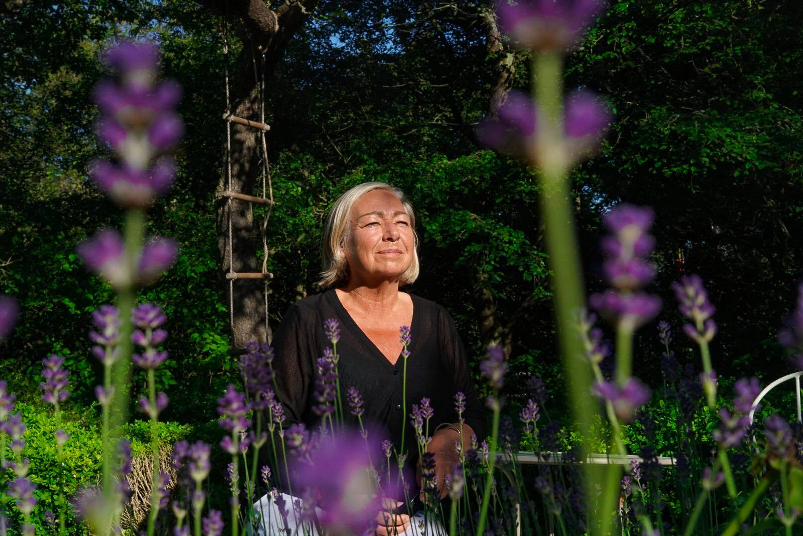 Viveka Eriksson i lavendelrabatten